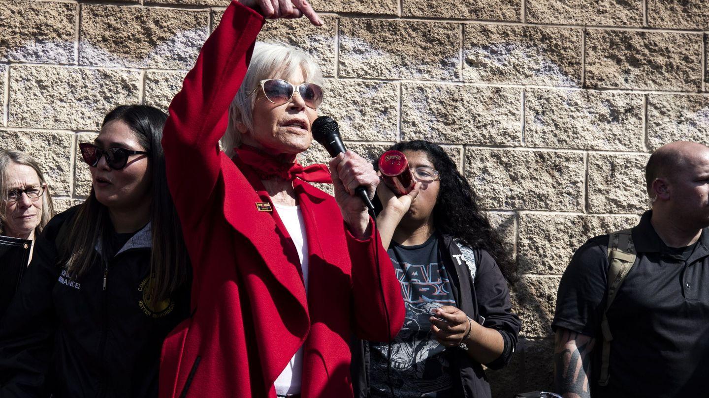 Jane Fonda, con su inseparable abrigo rojo. (EFE)