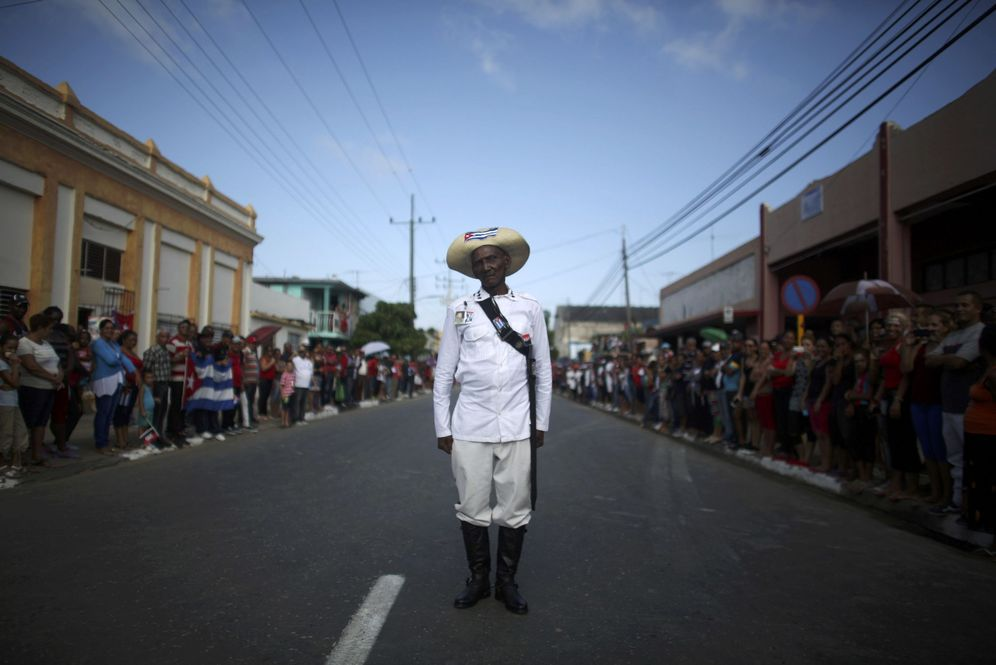 Foto: El anciano Mario Sala, vestido de combatiente mambí contra el colonialismo español, espera la llegada del convoy funerario de Fidel Castro en Palma Soriano, el 3 de diciembre de 2016 (Reuters)