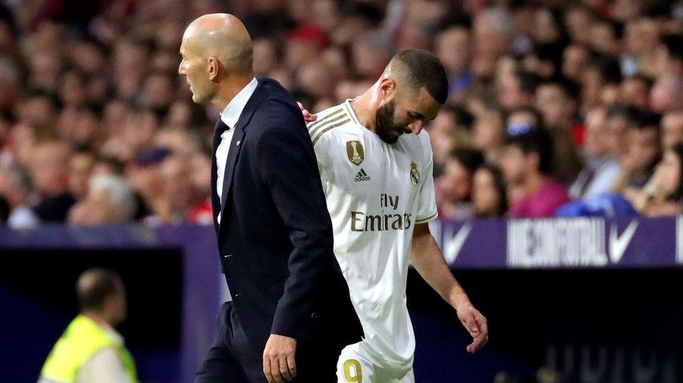 Foto: Karim Benzema y Zidane se saludan durante la sustitución del delantero. (EFE)
