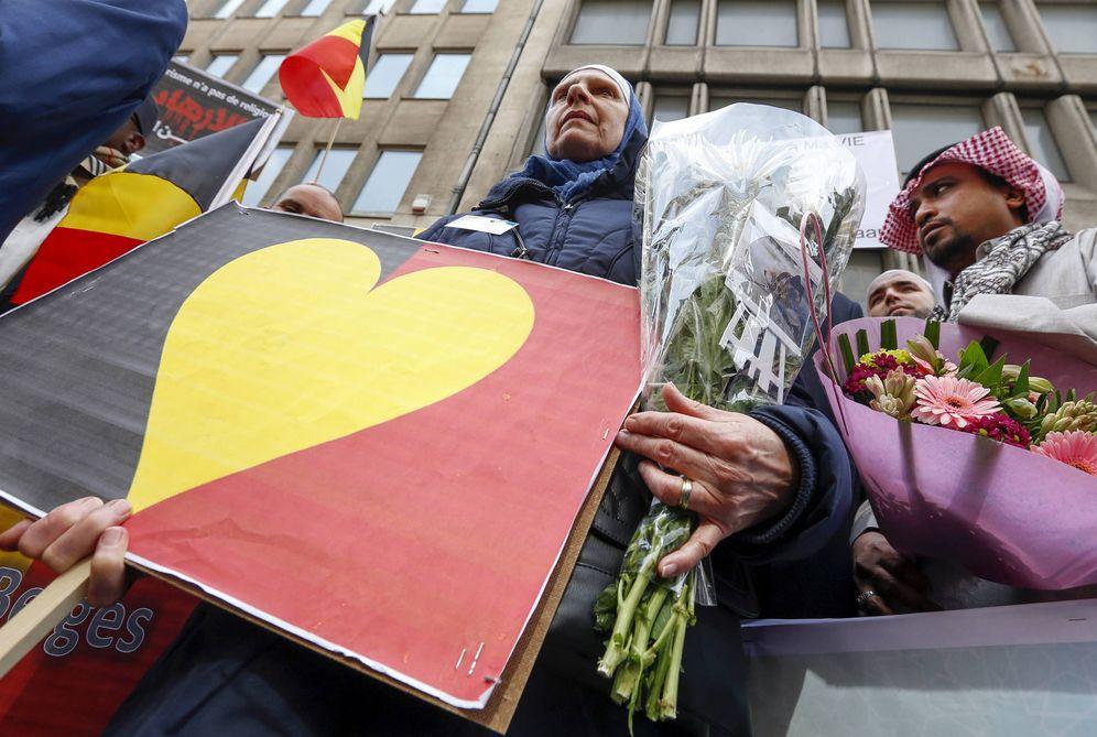 Foto: Miembros de la comunidad musulmana de Bruselas participan en un homenaje a las víctimas de los atentados, el 9 de abril de 2016. (Reuters)