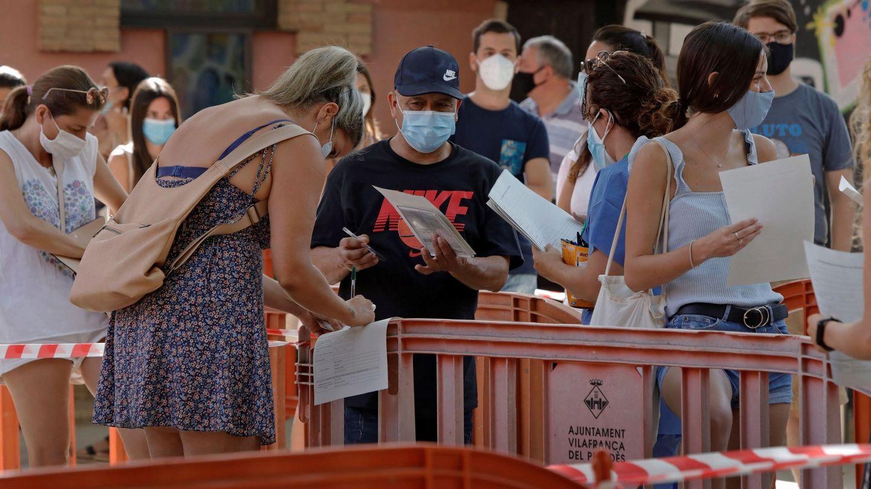 Diversas personas hacen cola para hacerse voluntariamente test masivos de covid-19 para detectar positivos entre personas asintomáticas en Vilafranca del Penedés. (EFE)