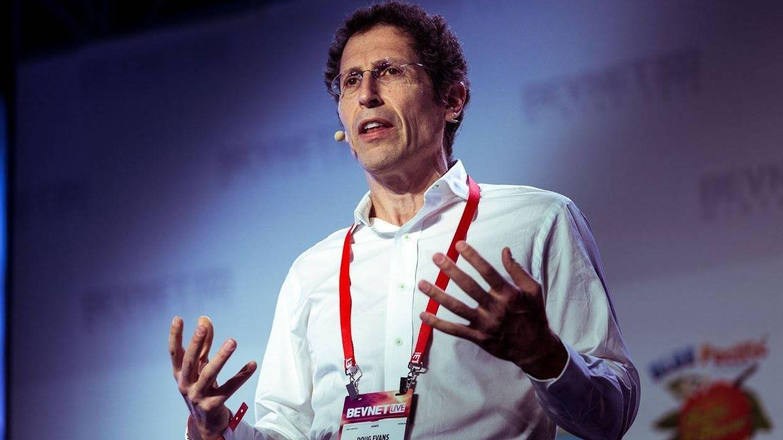 Doug Evans, creador de la desaparecida 'startup' Juicero: vendía exprimidoras wifi por 700 dólares que sacaban la misma cantidad de zumo que un exprimidor manual de 20 dólares. (Foto: Youtube)