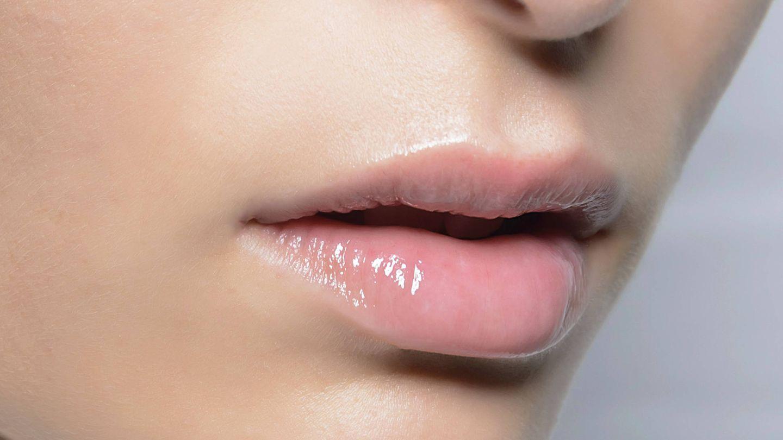 Los aceites labiales aportan brillo y un color ligero, además de nutrir y suavizar el labio. (Imaxtree)