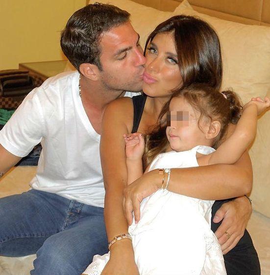 Foto: Daniella Semaan y Fàbregas con su hija y tres de sus pulseras