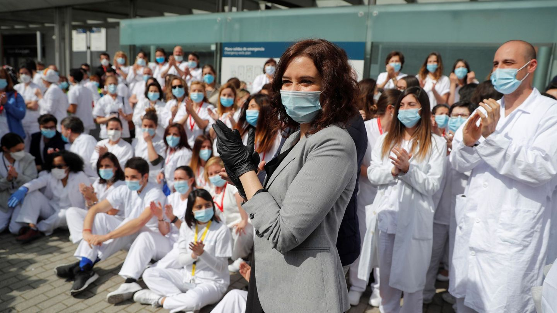 La presidenta de la Comunidad de Madrid, Isabel Díaz Ayuso (d), en el acto de cierre del hospital de campaña del recinto ferial de Ifema este viernes. (EFE)