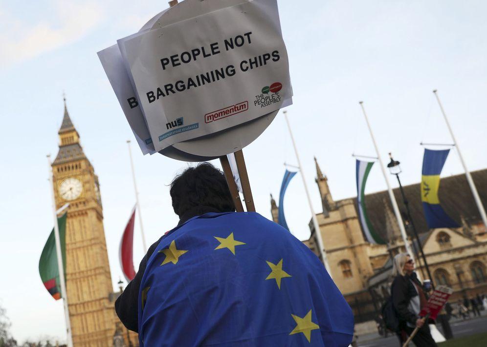 Foto: Un manifestante contrario al Brexit ante el Parlamento británico, en Londres. (Reuters)