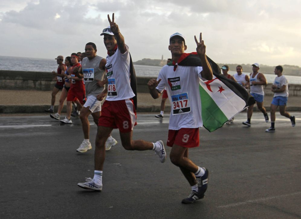 Foto: Atletas 'cubarauis' participan en una maratón en el Malecón de La Habana, en noviembre de 2010. (Reuters)