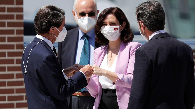 La presidenta de la Comunidad de Madrid, Isabel Díaz Ayuso, saluda al expresidente del Gobierno, José María Aznar (i). (EFE)