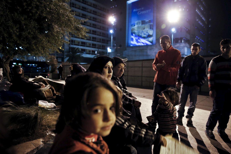 Foto: Dia Qasem, una siria que llegó a Grecua por el mar, junto a otros refugiados sirios en Atenas, el 22 de abril de 2015 (Reuters).