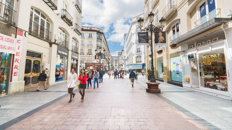 Foto: Varias personas caminan por una popular calle comercial en Zaragoza. (iStock)