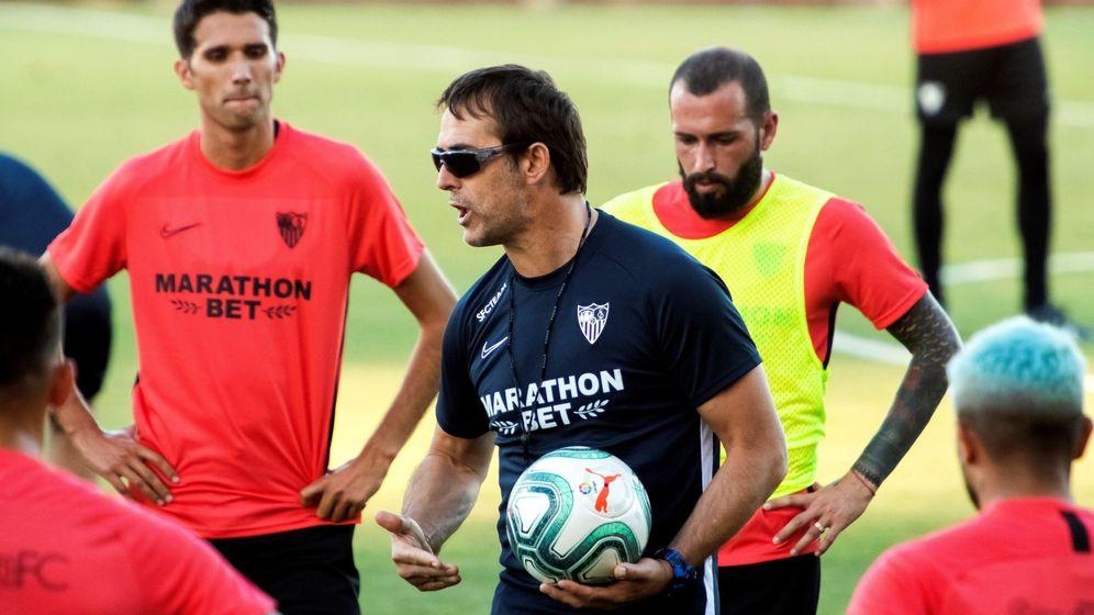 Foto: Julen Lopetegui indica algo a sus jugadores durante un entrenamiento de esta pretemporada. (EFE)