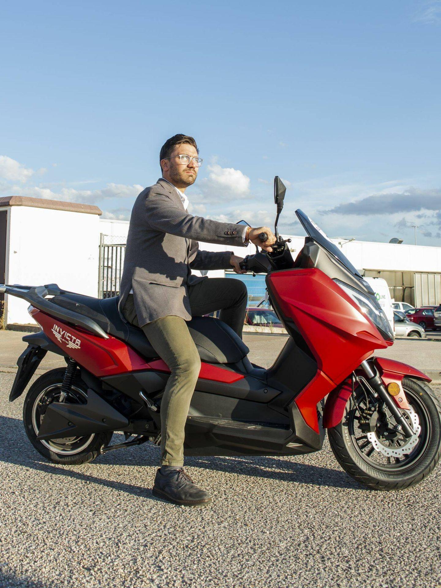 La T10 Neila tiene dos potencias y dos autonomías: la básica con 6 kW y 175 kilómetros de autonomía, y la más completa: 8 kW y 270 kilómetros.