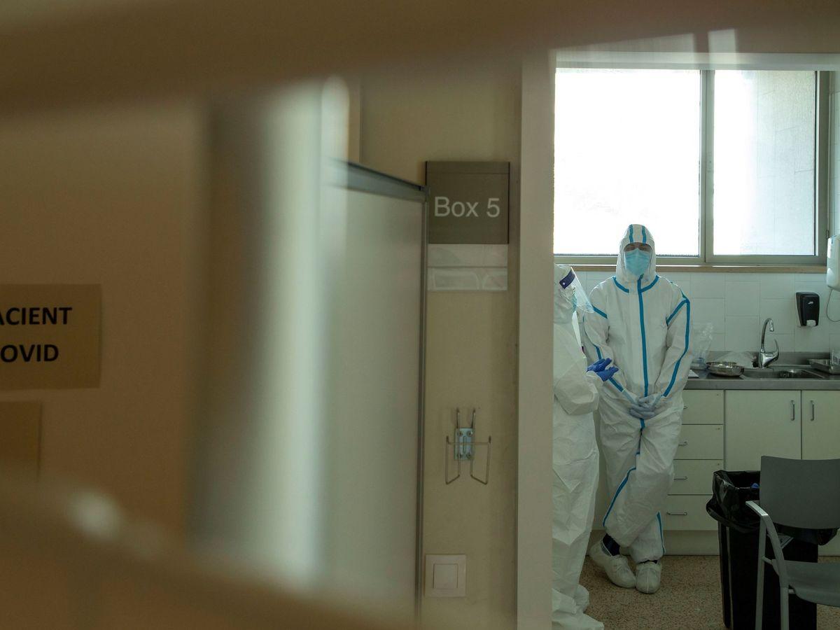 Foto: Profesionales sanitarios realizan test PCR en los Centros de Atención Primaria. (EFE)