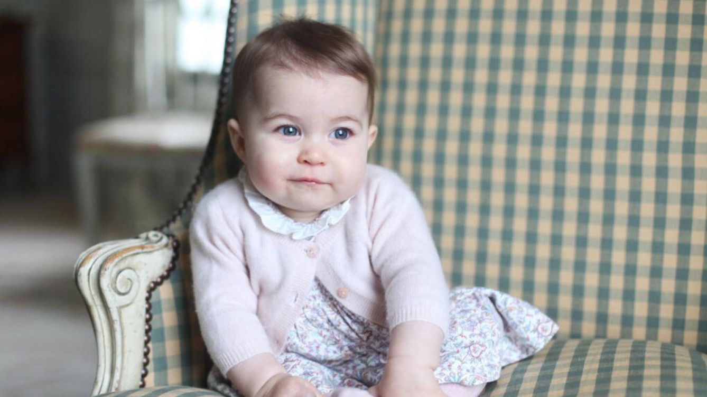 Foto: La princesa Charlotte posando para su madre (Kensington Palace)