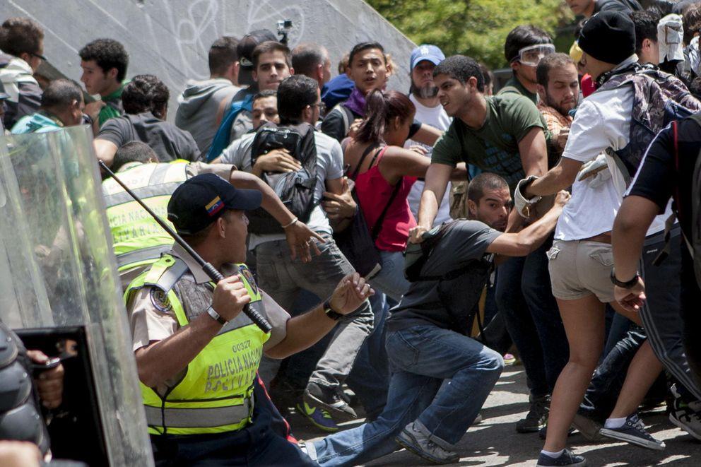 La Policía se enfrenta a manifestantes en Caracas (Reuters).