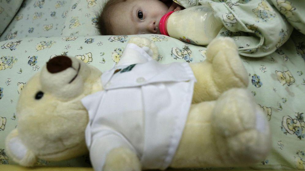 Foto: Alimentaban al bebé con miel mezclada con zumo dos veces al día (EFE/Rungroj Yongrit)