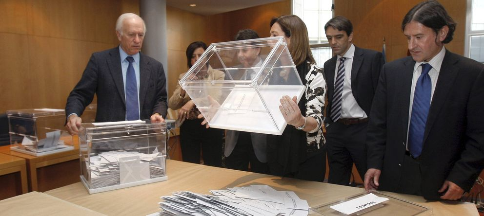 Foto: Recuento del voto de los emigrantes en las pasadas elecciones autonómicas del Principado de Asturias. (EFE)