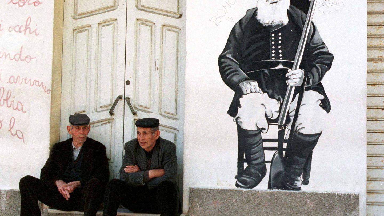 Dos ancianos en Orgosolo, un pueblo de Cerdeña. (Reuters)