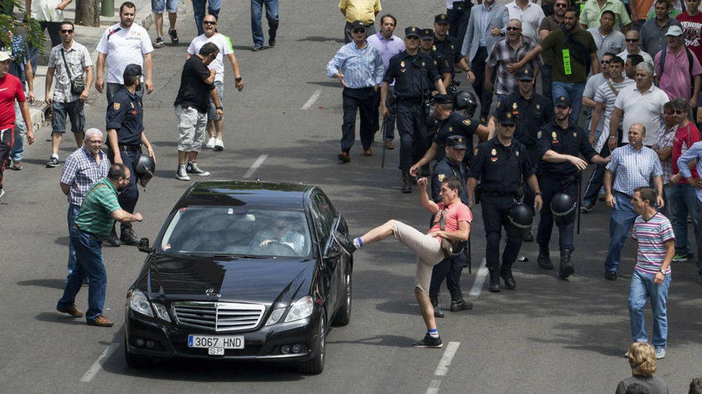 Foto: Taxistas atacan un coche de Cabify en una protesta el año pasado. (EFE)