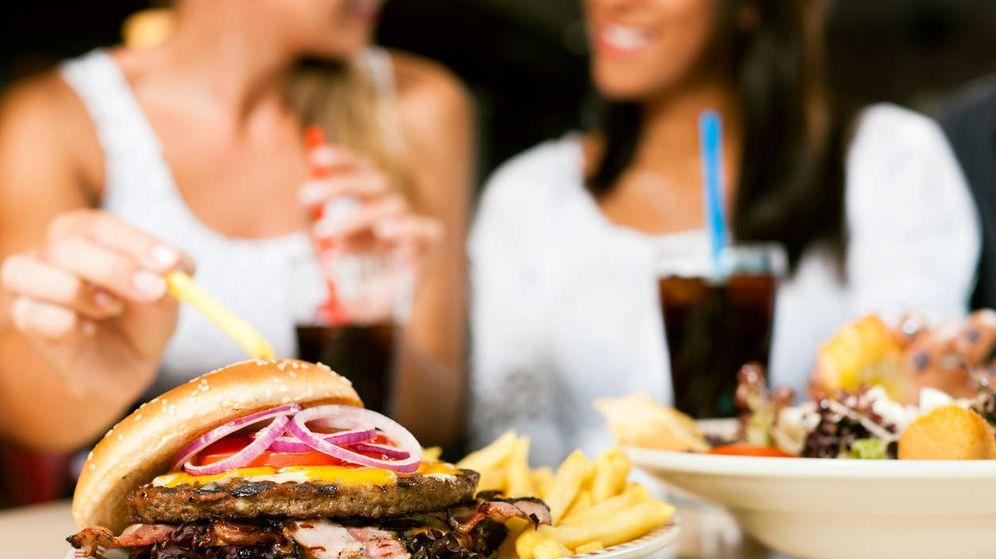 Foto: Imagen de archivo de una hamburguesa.