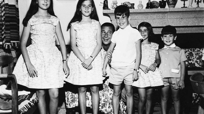 Carmen, Mariola, Francis, Merry y José Cristóbal Martínez-Bordiú, con su padre, el marqués de Villaverde. (Getty)