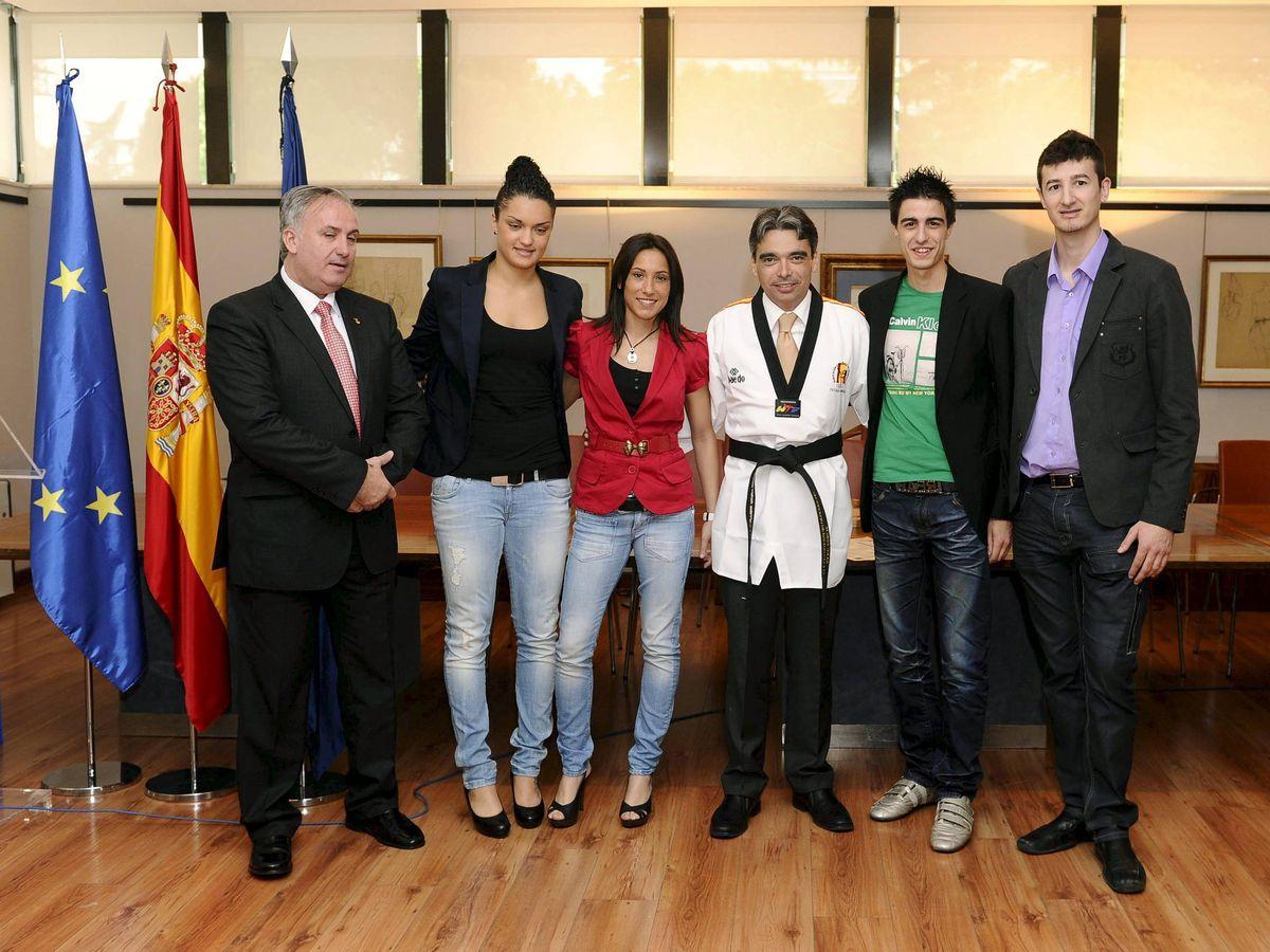 Foto: El entonces secretario de Estado para el Deporte, Albert Soler, posa junto a los medallistas españoles del Mundial de 2011 y Jesús Castellanos. (EFE)