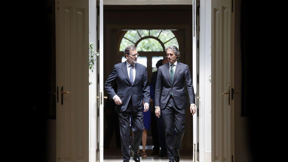 Foto: El presidente del Gobierno, Mariano Rajoy, y el ministro de Fomento, Íñigo de la Serna, en la presentación del Plan de Inversiones. (EFE)