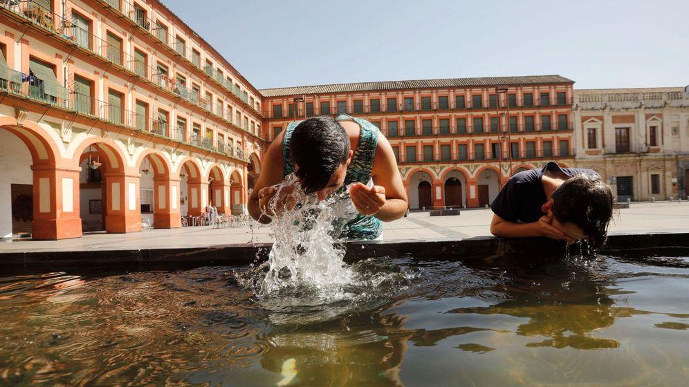Foto: Unos niños se refrescan en una fuente en Córdoba. (EFE)
