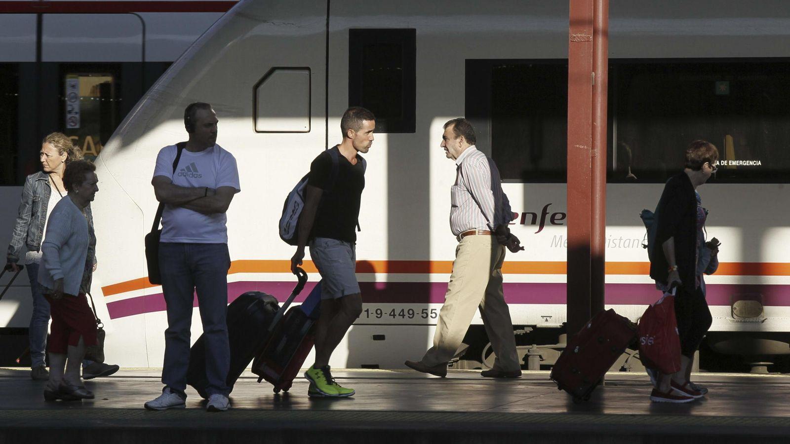 Foto: Pasajeros por la estación de Chamartín en 2014. (EFE)