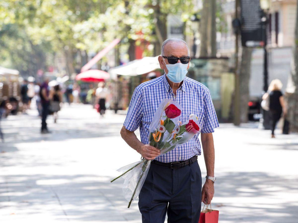 Foto: Un hombre en Barcelona el día de Sant Jordi de 2020. (EFE)