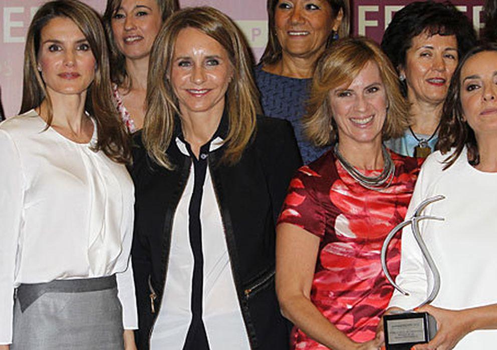 Foto: La princesa Letizia junto a algunas de sus excompañeras de profesión en los premios FEMDEPE (I.C.)