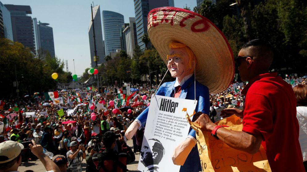 Foto: Un hombre sujeta un muñeco de Trump con un sombrero mexicano. (Reuters)
