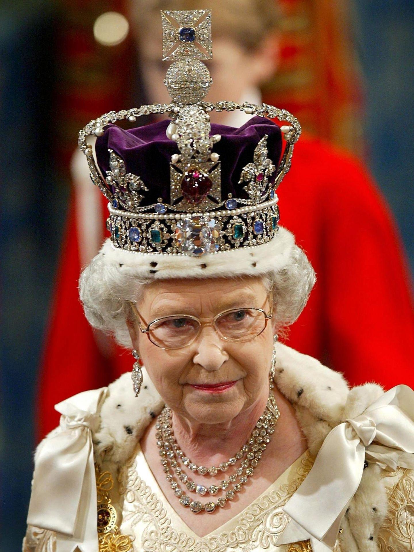 La reina Isabel con la corona imperial. (EFE)