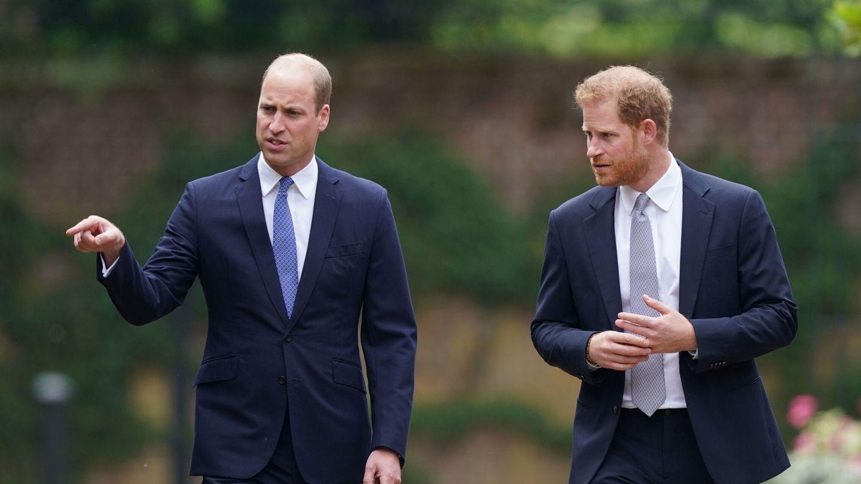 Guillermo y Harry se mostraron cordiales al desvelar la estatua de su madre a pesar de sus problemas previos. (Reuters)