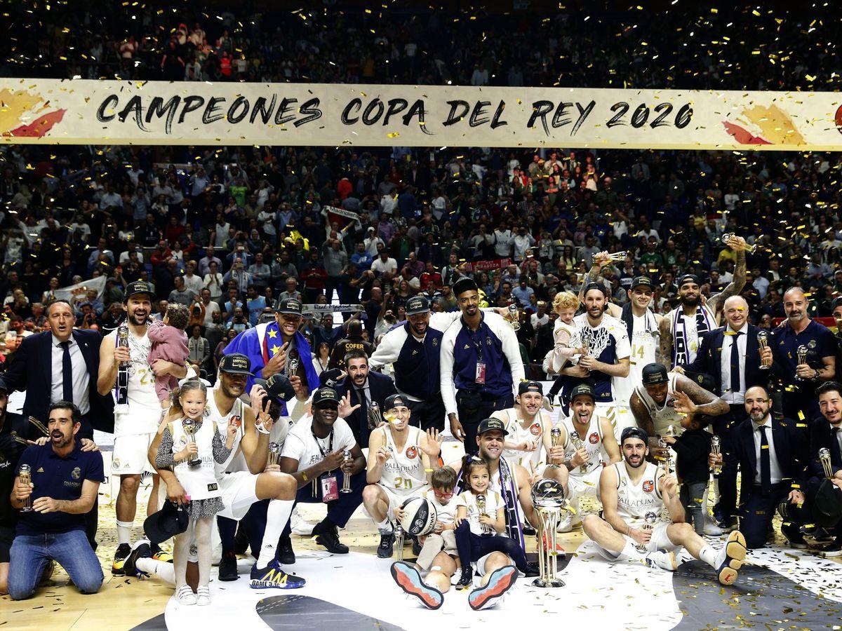 Foto: El Real Madrid, con el trofeo de campeón de Copa del Rey. (EFE)