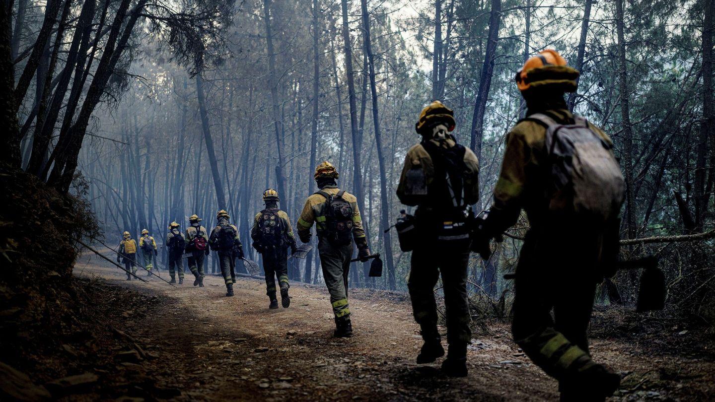 Brigadistas en Beirán, Puebla de Brollón, Lugo. Foto: EFE.