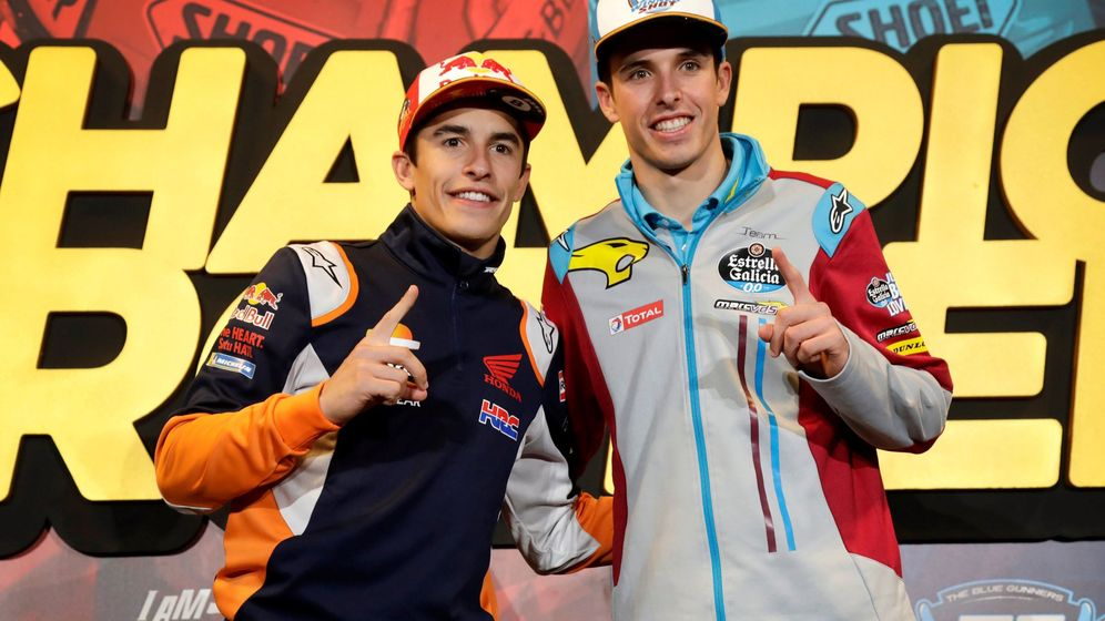 Foto: Los hermanos Marc y Álex márquez celebran sus títulos de campeones del mundo. (EFE)
