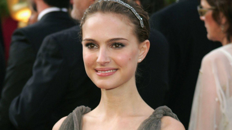 Uno de los icónicos looks con diadema de Natalia Portman en 2005. (Getty)