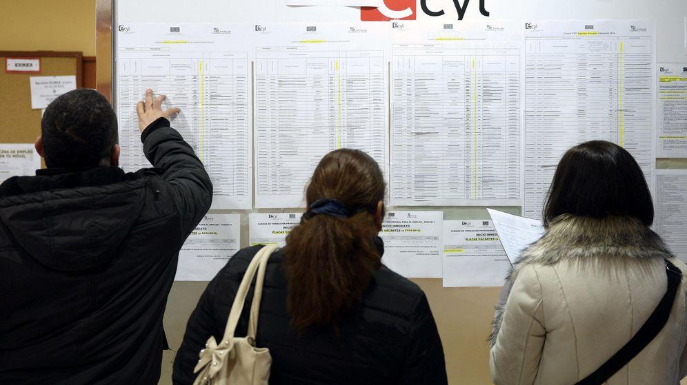 Foto: Varias personas consultan ofertas de empleo en una oficina pública. (EFE)