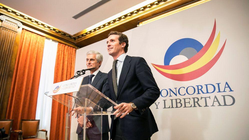 Foto: El presidente del Partido Popular, Pablo Casado (d), y el presidente de la Fundación Concordia y Libertad, Adolfo Suárez Illana. (EFE)