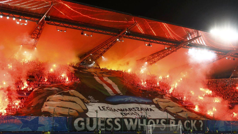 Foto: Los ultras del Legia en el partido contra el Dortmunf (Reuters)