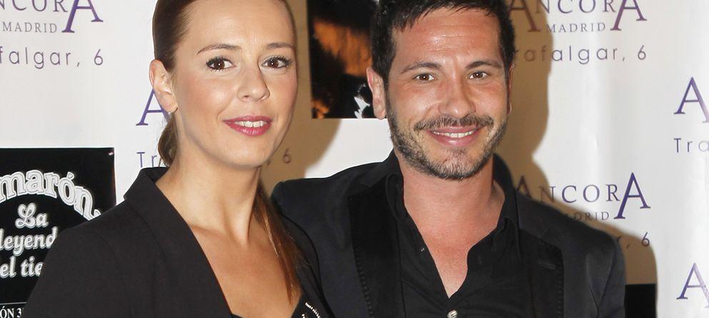 Foto: El cantante David de María junto a su prometida Lola Escobedo (Gtres)