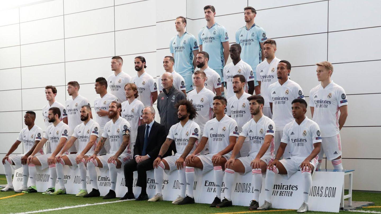 Florentino Pérez y la plantilla del Real Madrid en su foto oficial. (Foto: realmadrid)