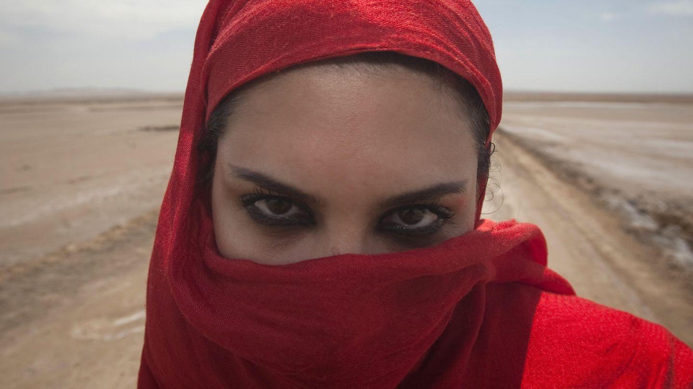 Una turista iraní posa en el desierto de Maranjab, en el centro de Irán (Reuters).