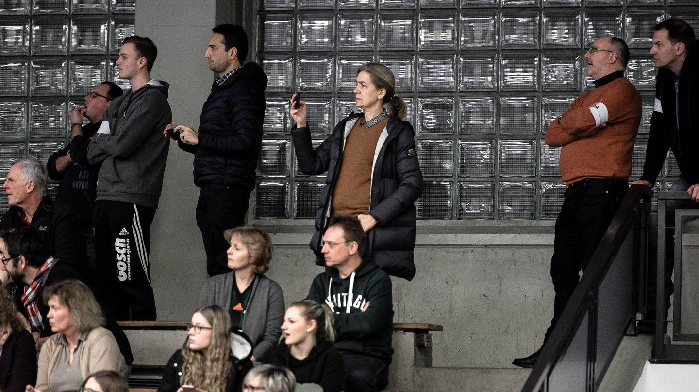 La infanta Cristina, entre el público viendo jugar a su hijo en Hannover. (Michael Thieme)