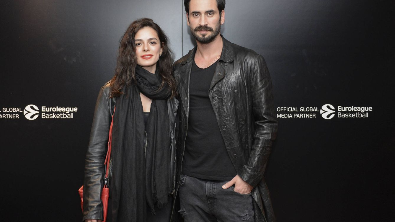 Foto: Özge Özpirinçci, con su novio, Burak Yamantürk. (Getty)