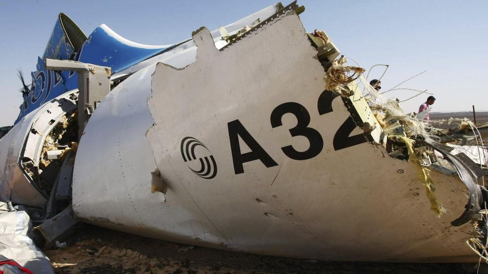 Foto: Una pieza del fuselaje del avión siniestrado en el Sinaí (Egipto), este fin de semana. (Efe)