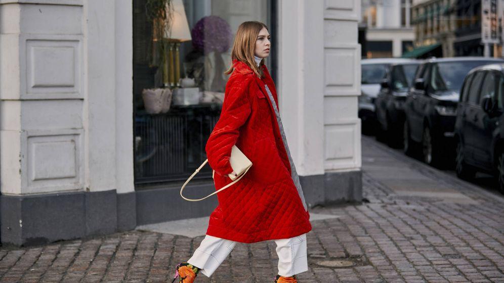 Foto: Una insider pasea con un abrigo guateado de color rojo por las calles de Copenhague. (Imaxtree)