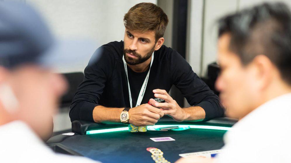 Foto: Gerard Piqué, en su mesa, durante el torneo de póquer que jugó en Barcelona. (N. Stoddart)