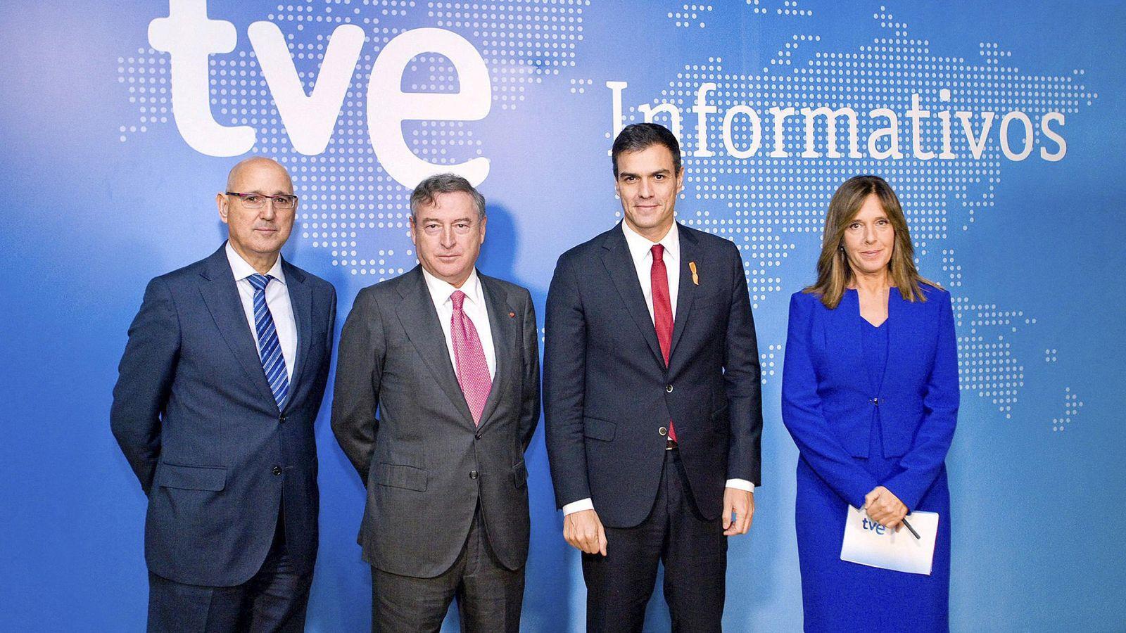 Foto: El presidente de RTVE, José Antonio Sánchez (segundo por la izqda.), junto al secretario general del PSOE, Pedro Sánchez (segundo por la derecha). (EFE)